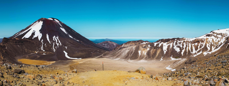 Paisaje árido de nieve montañas cubiertas en Tongariro