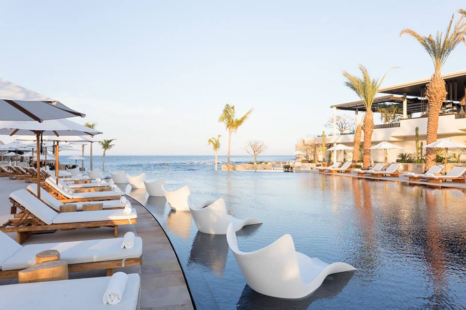 Junto a la piscina en Chileno Bay Resort & Residences