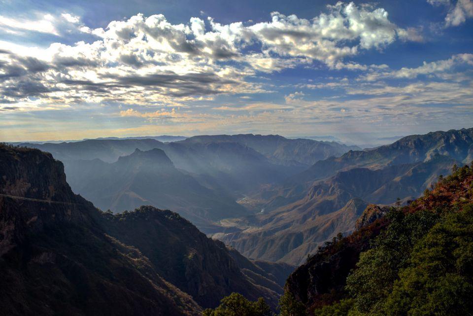 Vista panorámica del Cañón del Cobre en México contra un cielo nublado