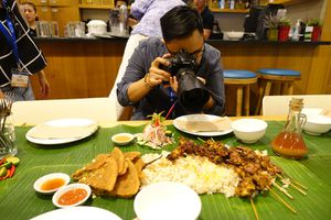 Photographer shooting boodle fight at Sarsa