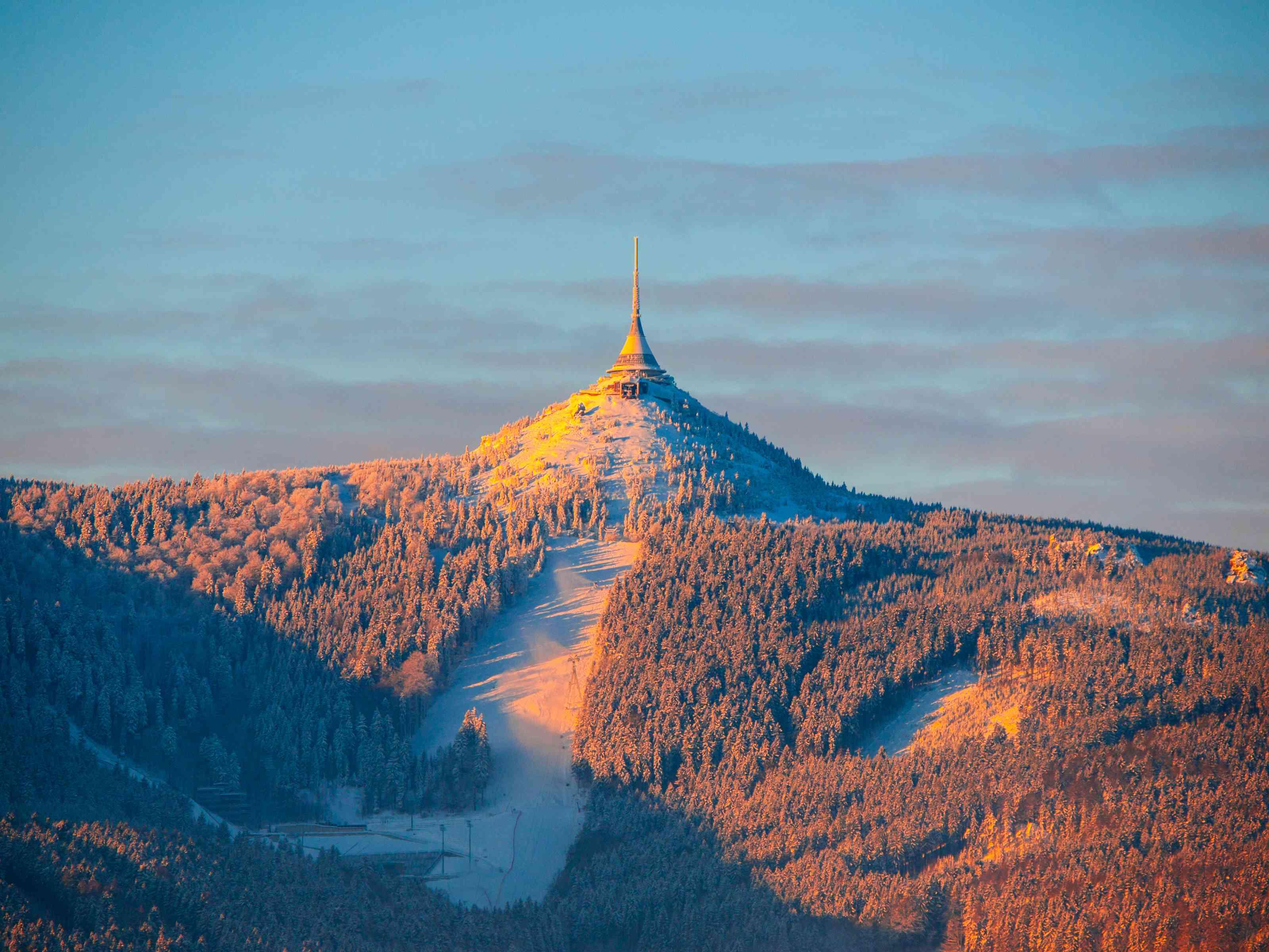 Amanecer matutino en la montaña Jested y la estación de esquí Jested. Humor en invierno. Liberec, República Checa