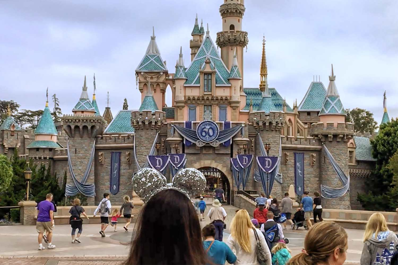 Primeros invitados que ingresan a Disneyland después de la caída de la cuerda