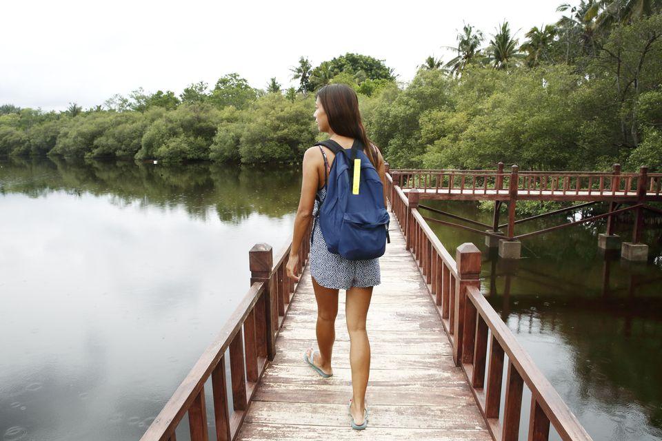 niña con mochila de mano