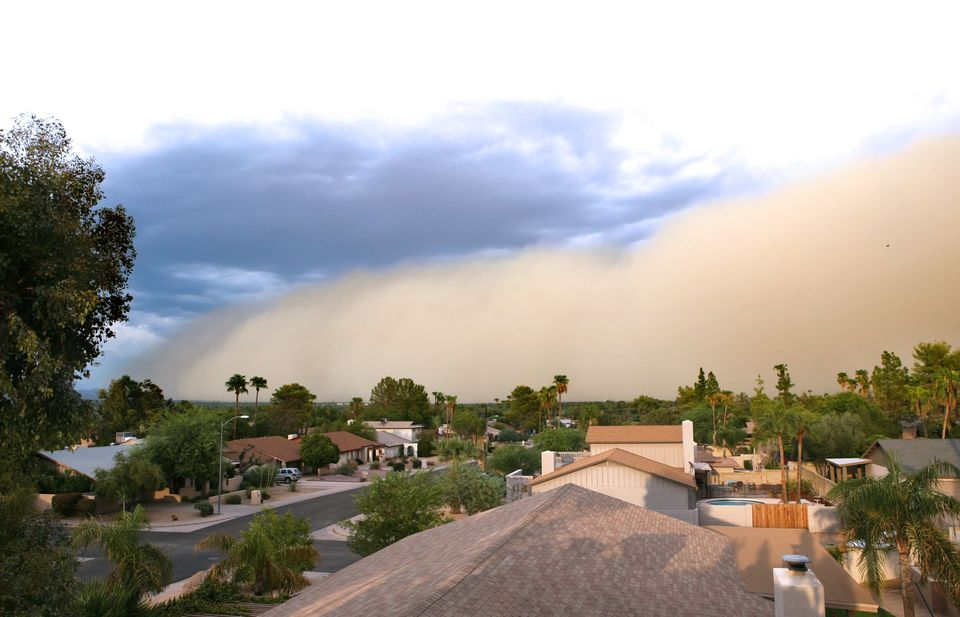 Tormenta de polvo (haboob) rodando sobre el área residencial