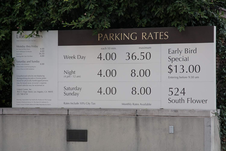 Tarifas en un estacionamiento en el centro de Los Ángeles