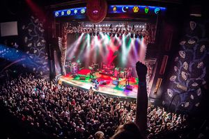 Packed audience at the Dallas House of Blues cheering on the performer