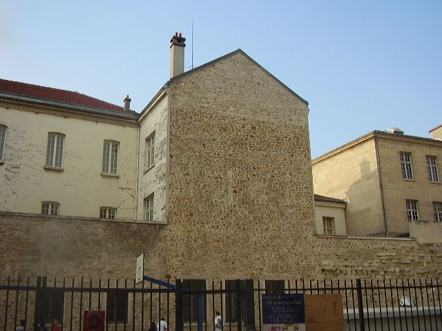 Remnants of a medieval fortress are visible on Rue des Jardins Saint-Paul