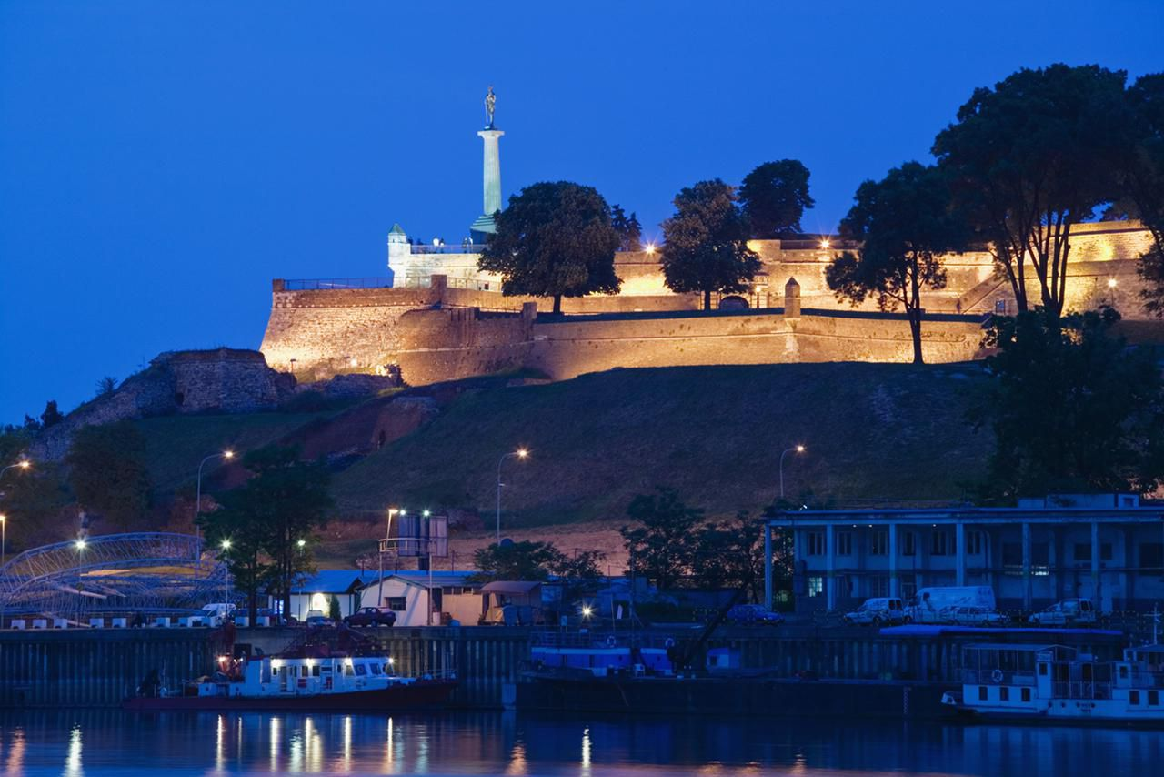 Ciudadela de Kalemegdan iluminada al anochecer, Belgrado, Serbia