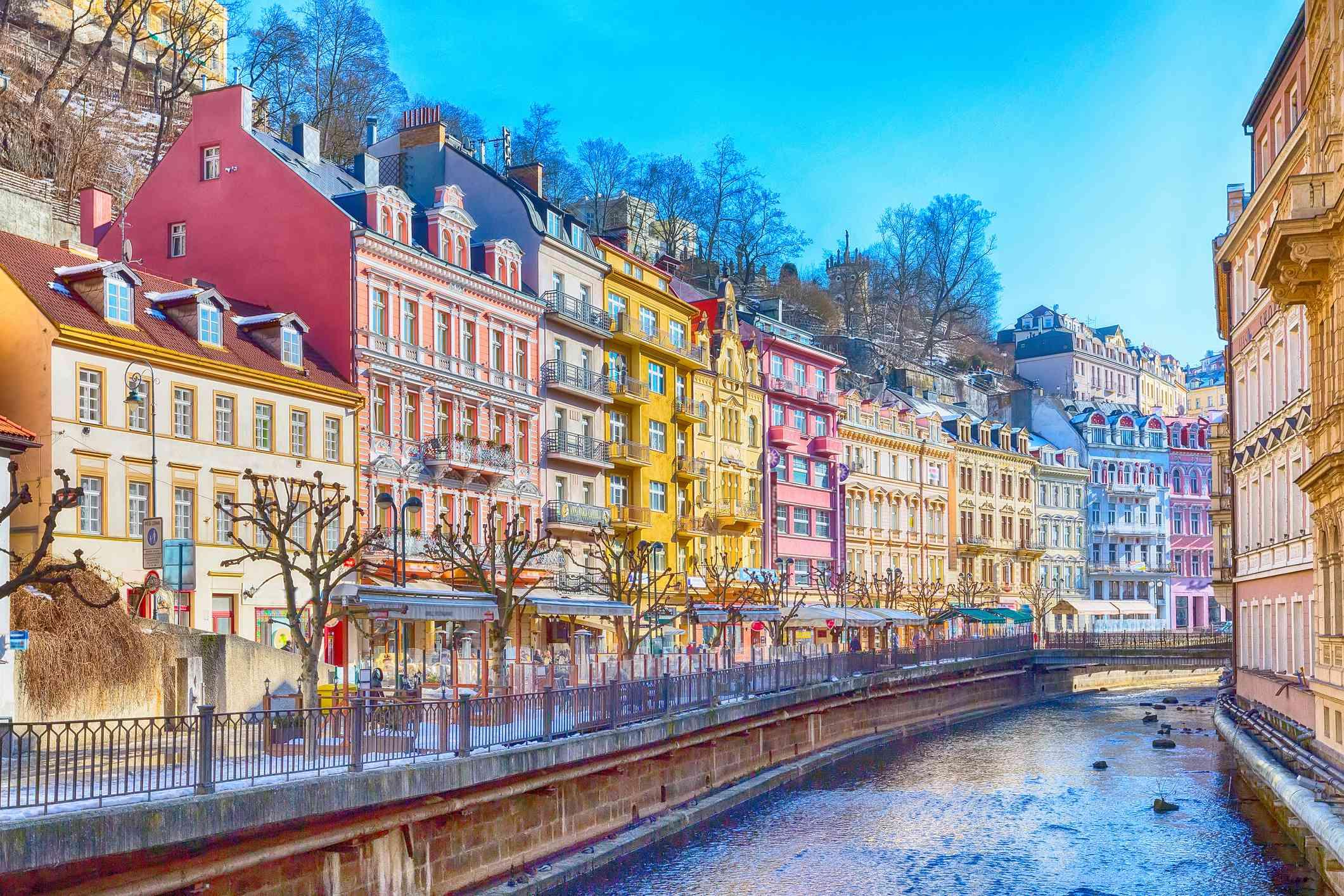 Vista panorámica de la calle Karlovy Vary, República Checa