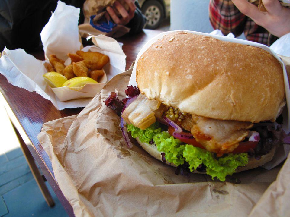 El 'Jefe Wiggum', Fergburger Panceta de cerdo asada lentamente, lechuga, tomate, cebolla roja, hash brown, con alioli y una deliciosa mostaza con semillas de albaricoque