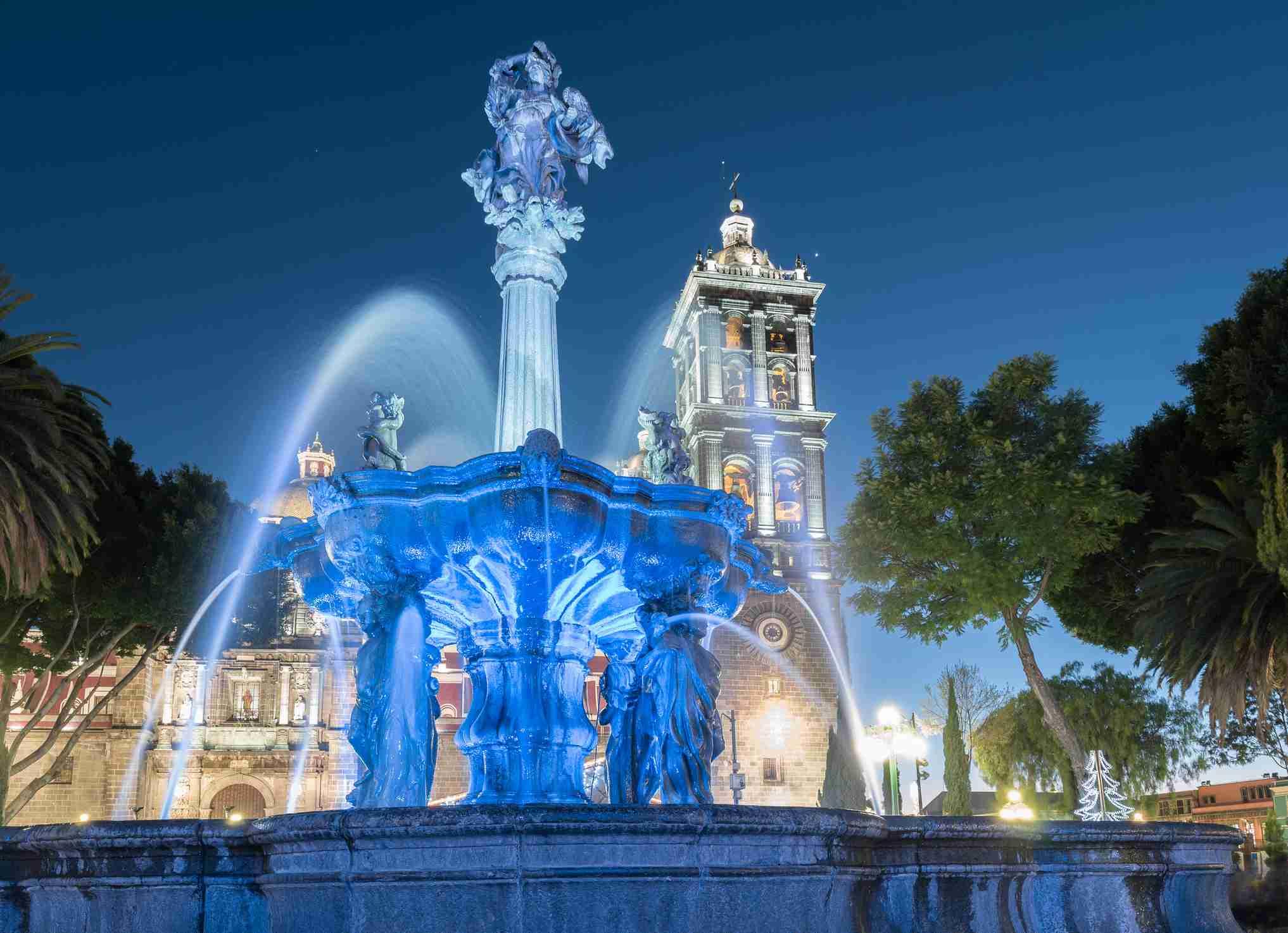 Vista de noche del zócalo de Puebla