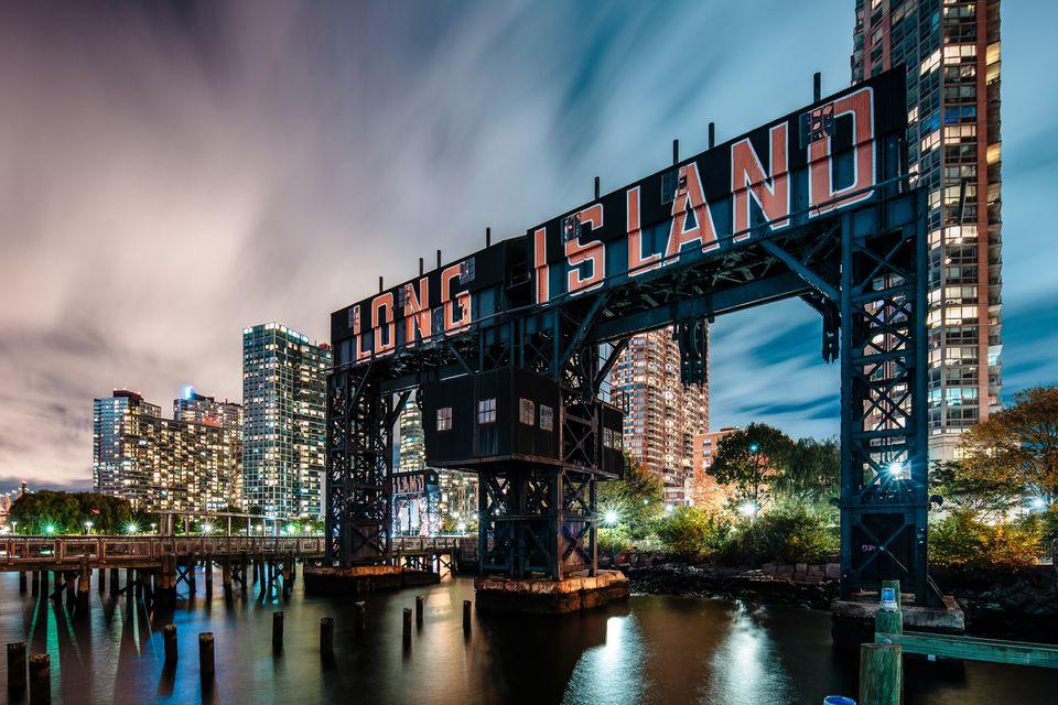 Long Island City Gantry Plaza Park en la noche