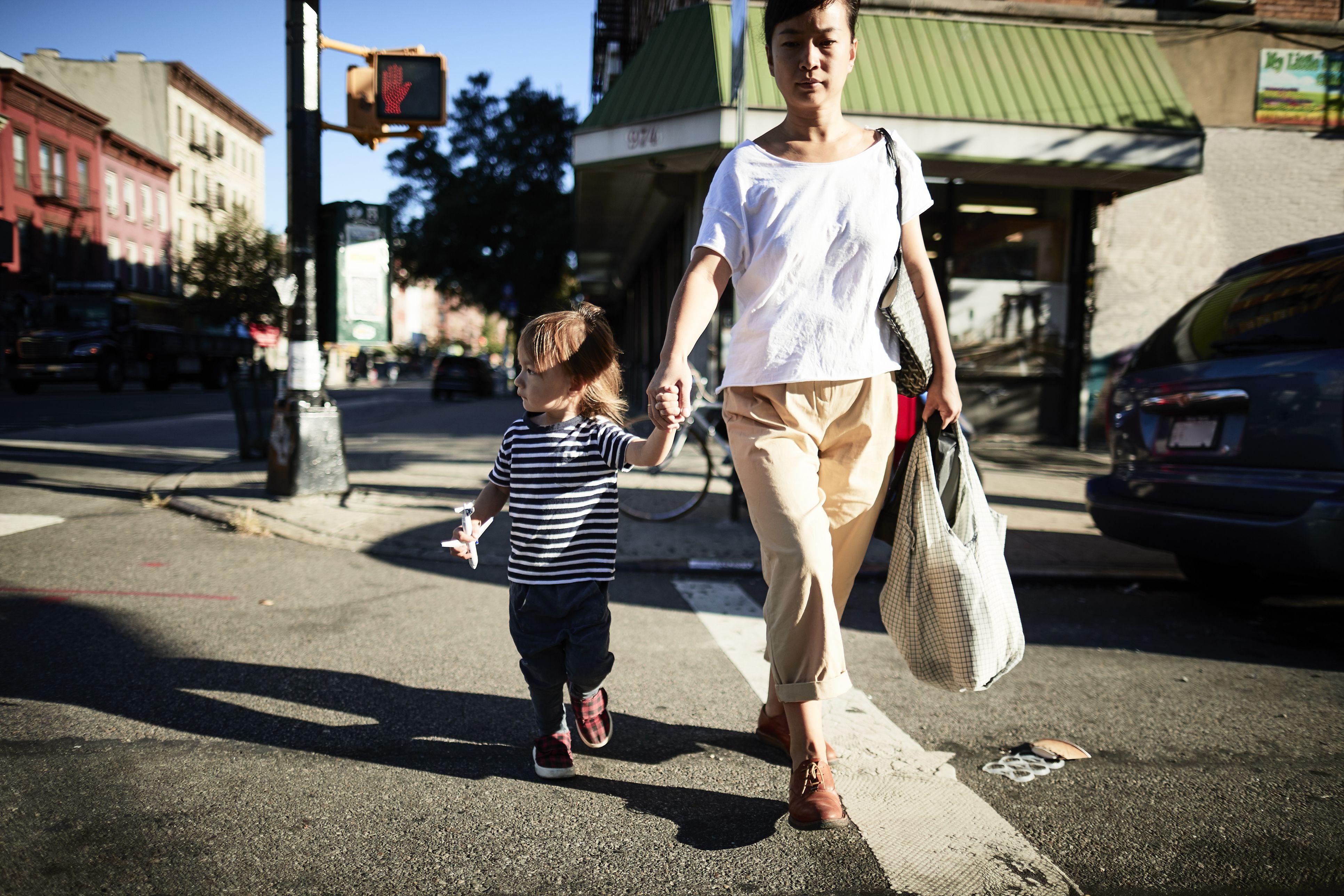 Madre e hijo caminando en la calle en Brooklyn, Nueva York