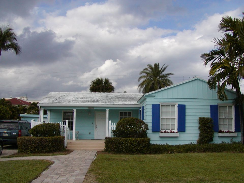 Blue ranch house in Florida