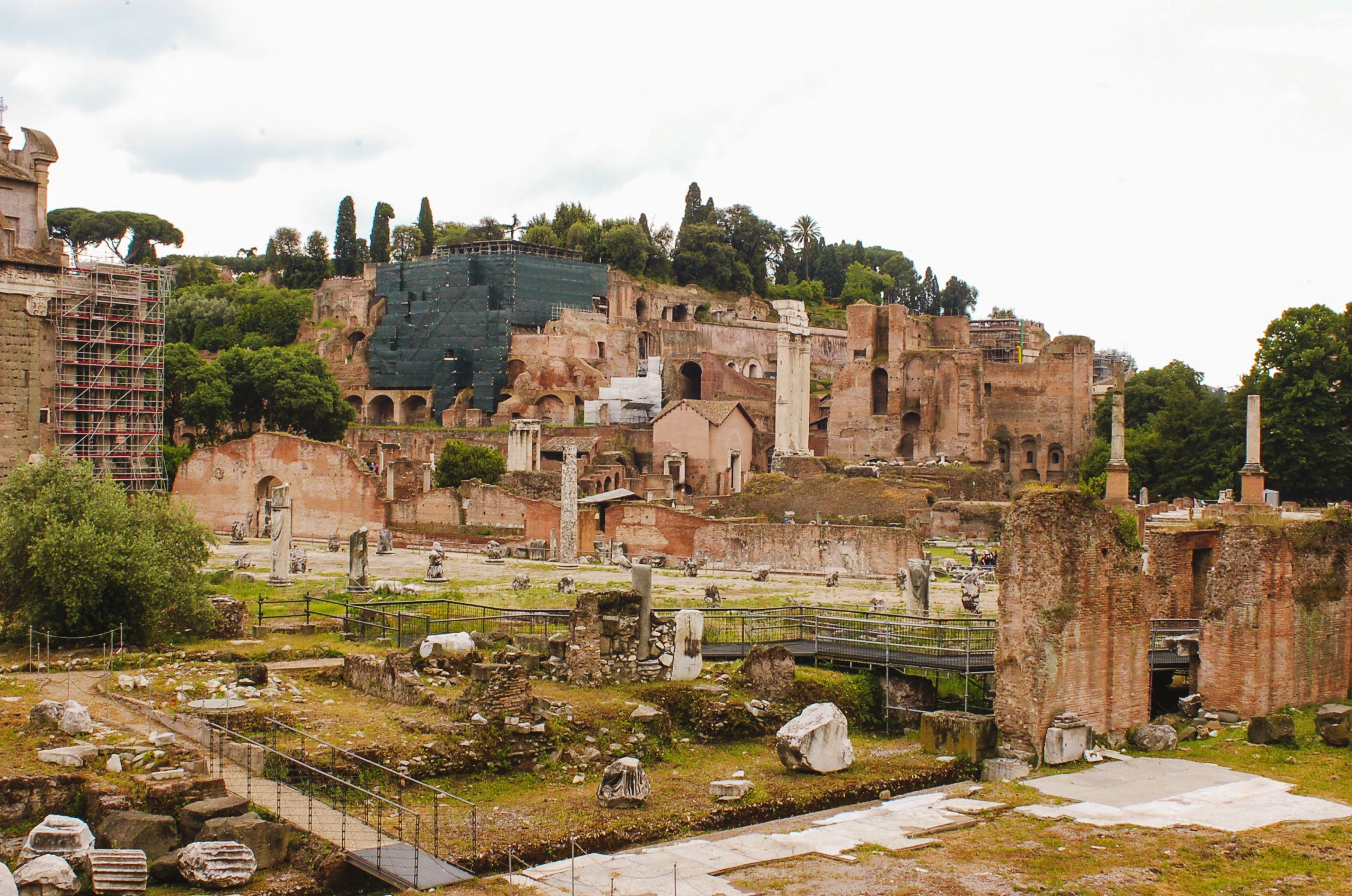 Gente caminando por el Foro Romano