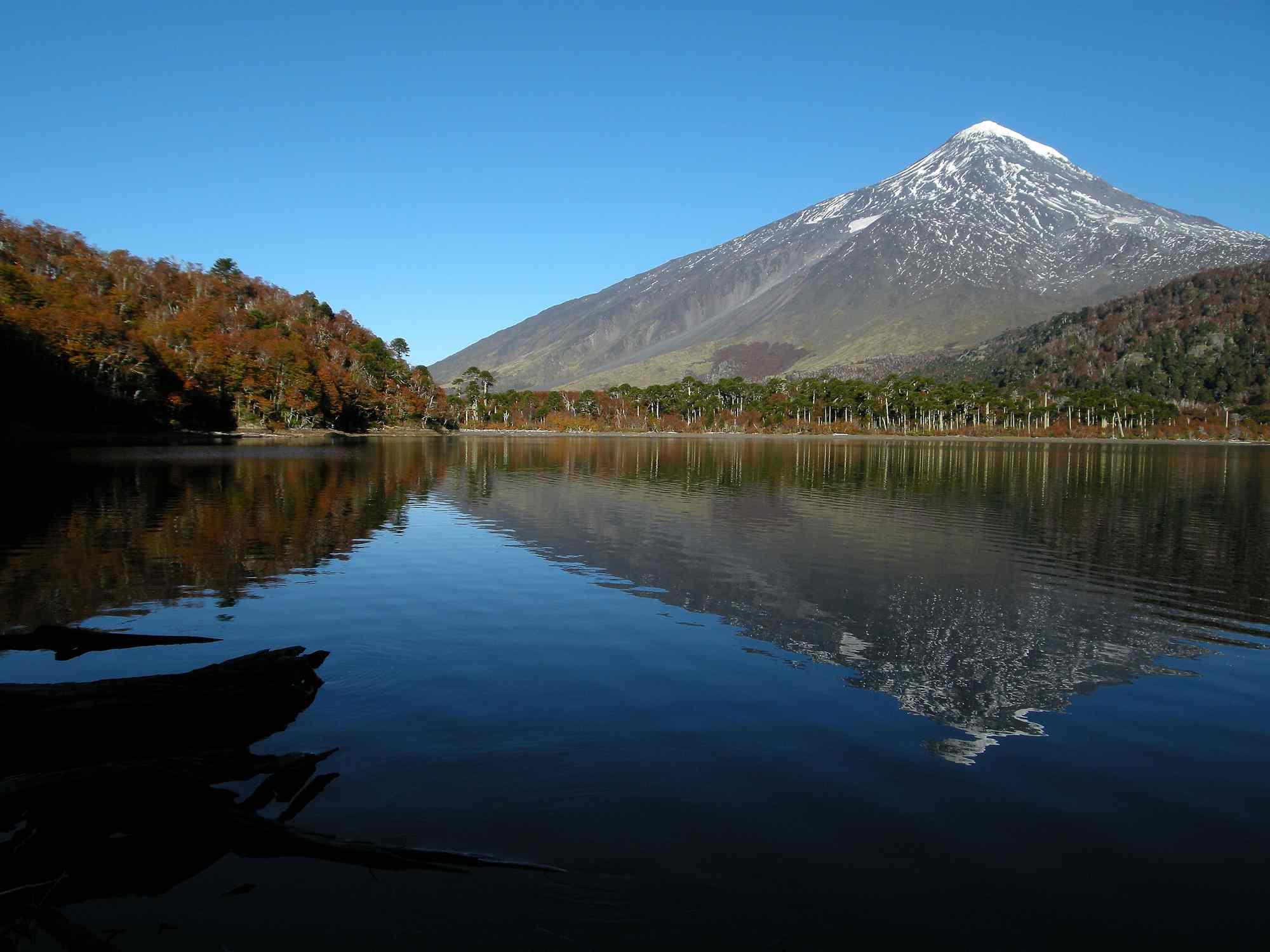 Laguna Huinfiuca y Volcán Lanín