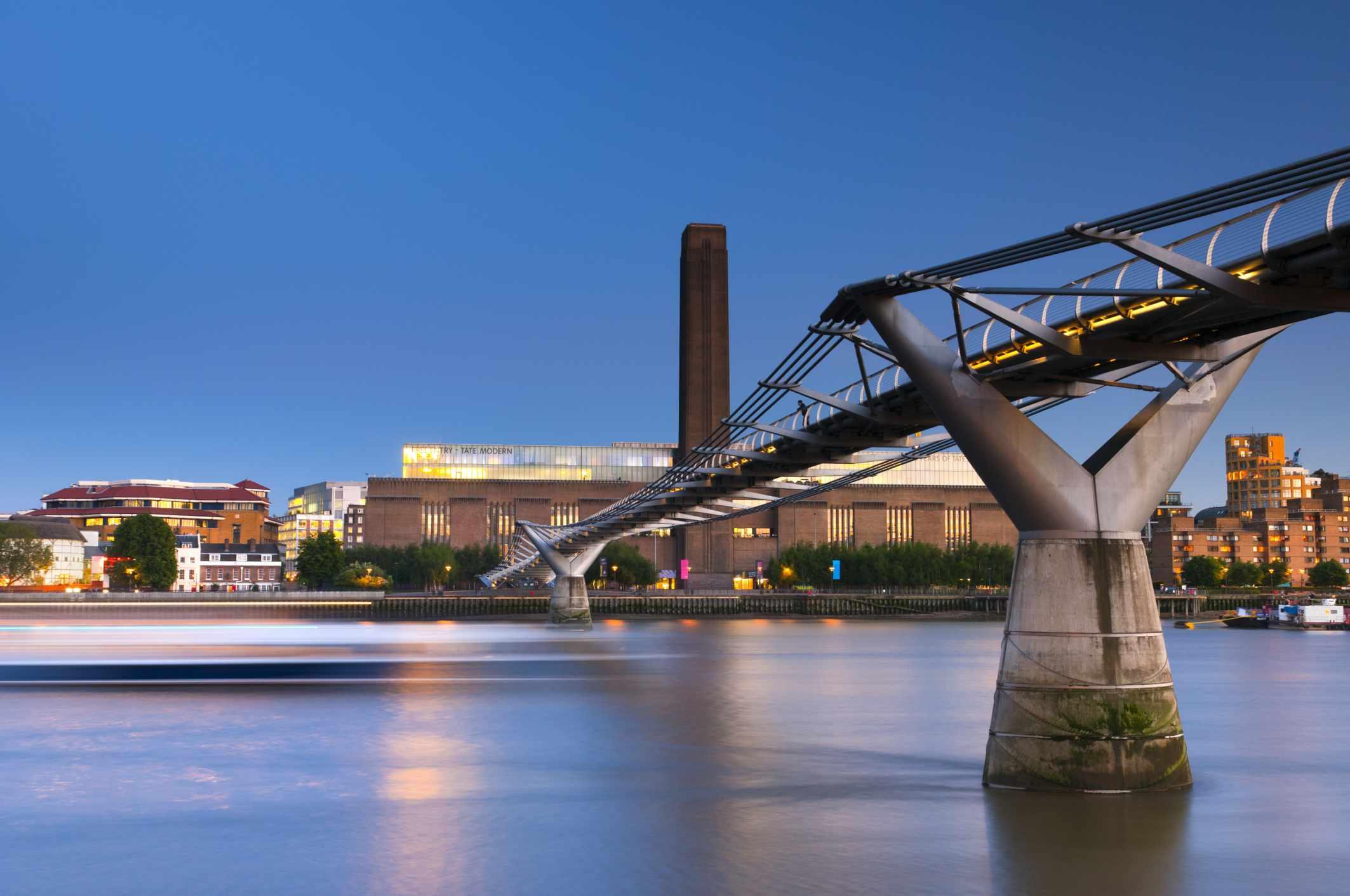 UK, London, Bankside, Tate Modern and Millennium Bridge over River Thames