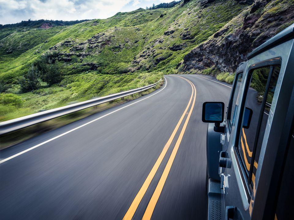 Coche que viaja a lo largo de la sinuosa carretera, Maui, Hawai, Estados Unidos, Estados Unidos