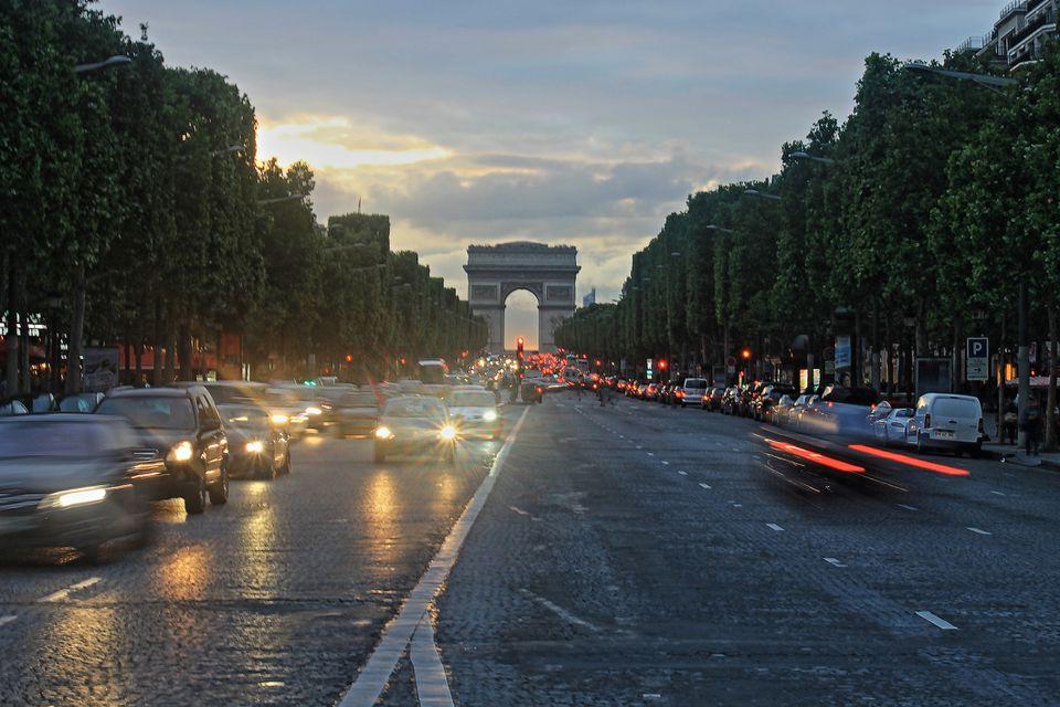 Conducción de automóviles en los Campos Elíseos en París