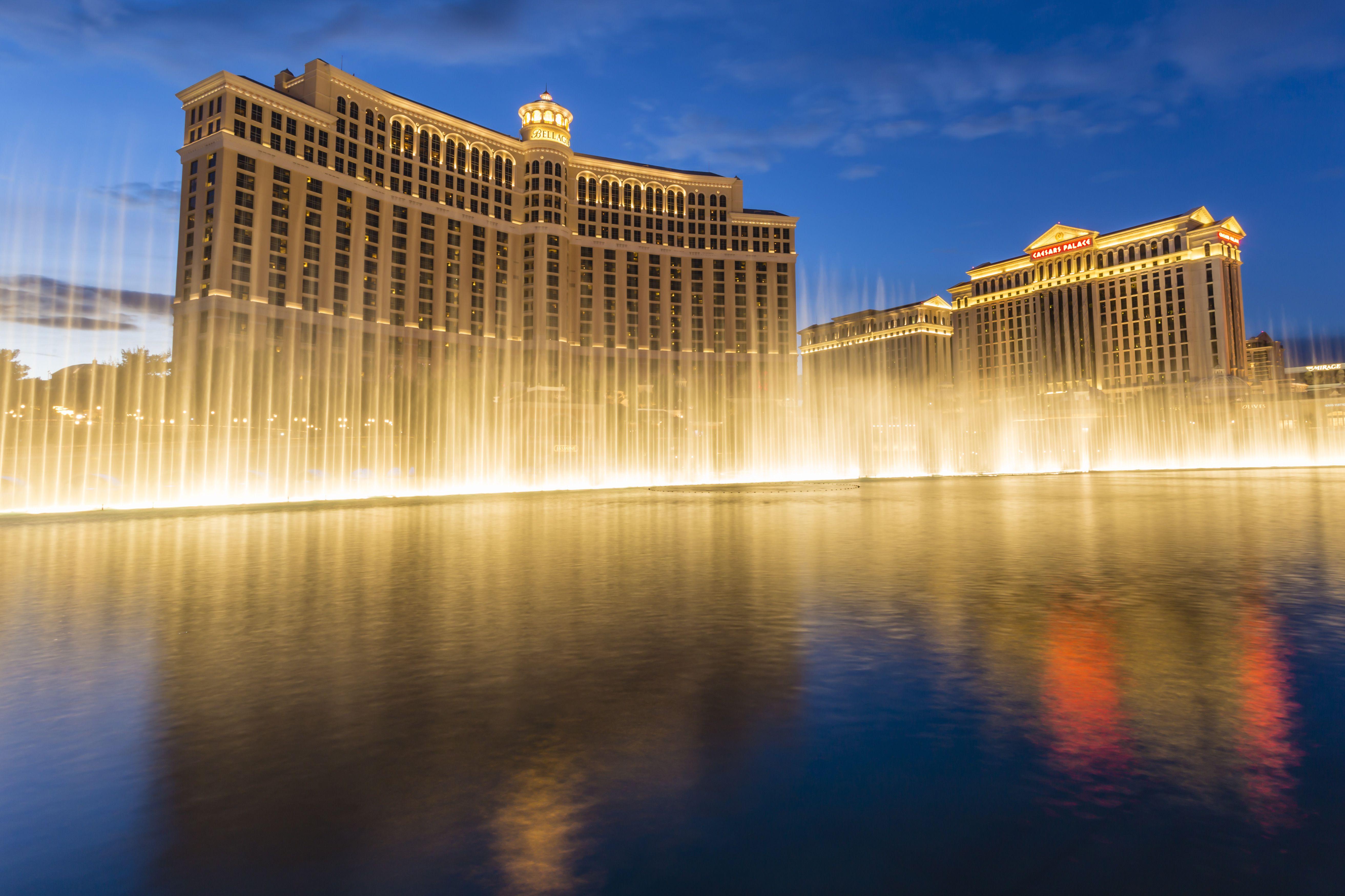Reflexiones de Bellagio y Caesars Palace al anochecer con fuentes, The Strip , Las Vegas, Nevada, Estados Unidos de América, Norteamérica