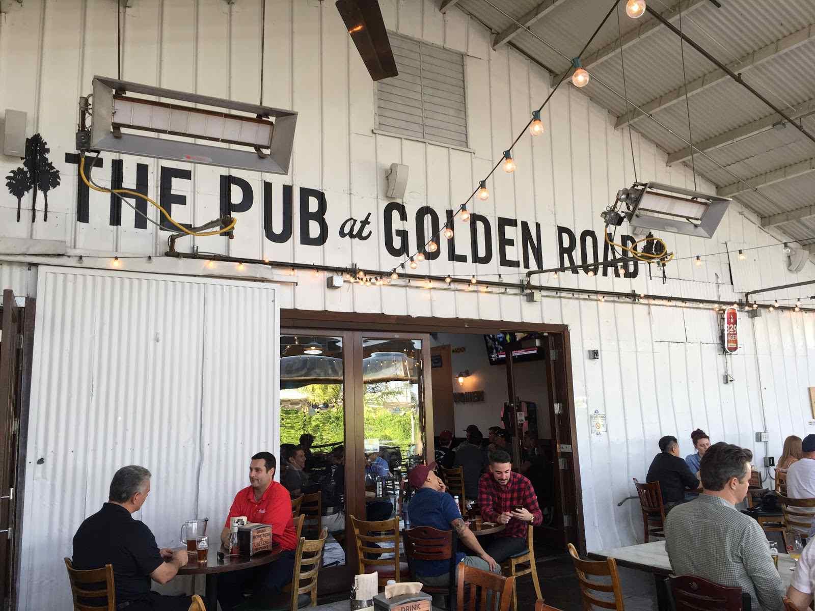 Un patio al aire libre en The Pub en Golden Road Brewery en Los Ángeles