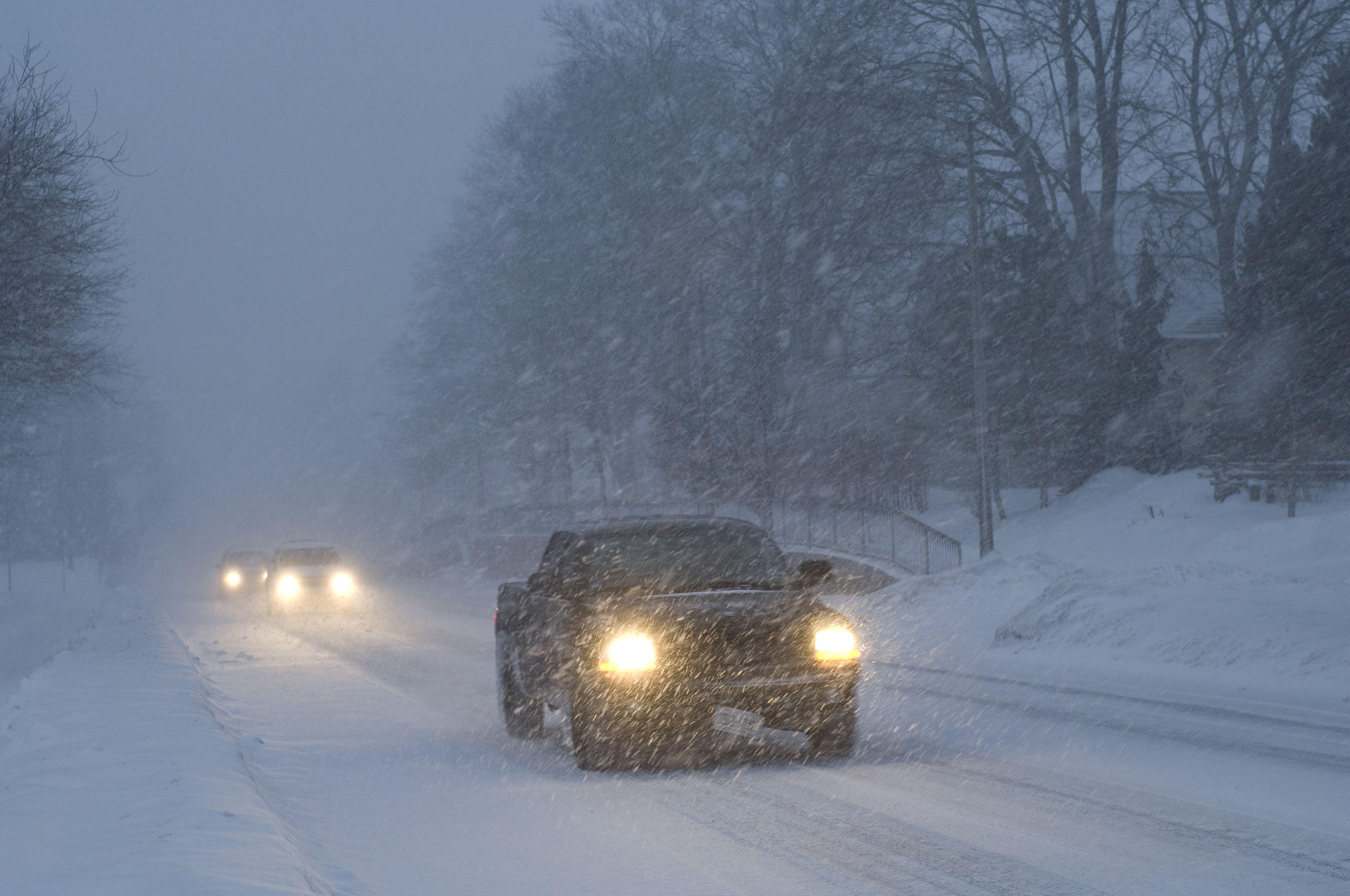 Tormenta de nieve pesada en un pequeño pueblo al anochecer. Fergus, Ontario, Canadá