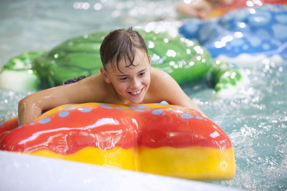 Parque acuático cubierto, niño jugando