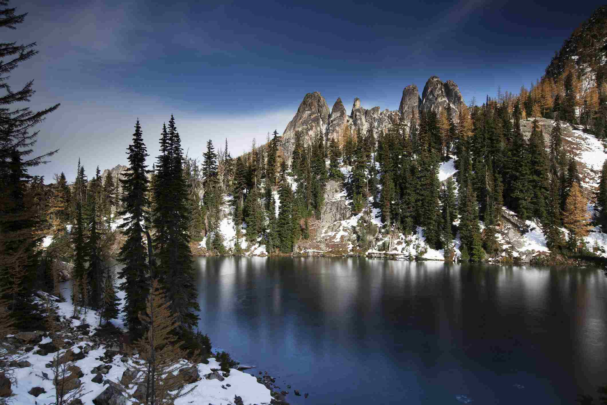 Lago azul en otoño, Newhalem, Washington, Estados Unidos