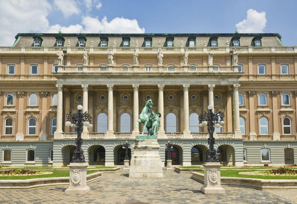 Entrada trasera a la Galería Nacional Húngara con estatua ecuestre