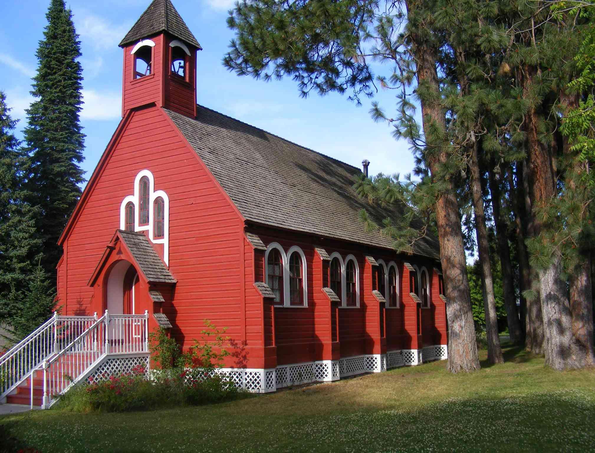 Una iglesia roja en el Museo del Norte de Idaho