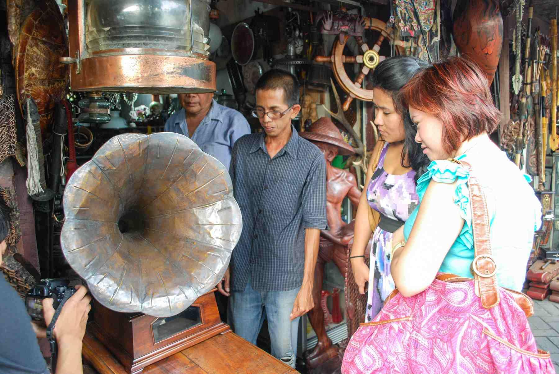 Victrola antigua a la venta en Jalan Surabaya, Yakarta