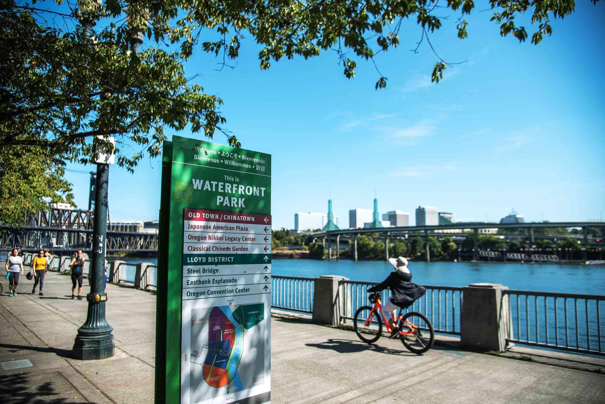 Una persona en bicicleta por el McCall Waterfront Park