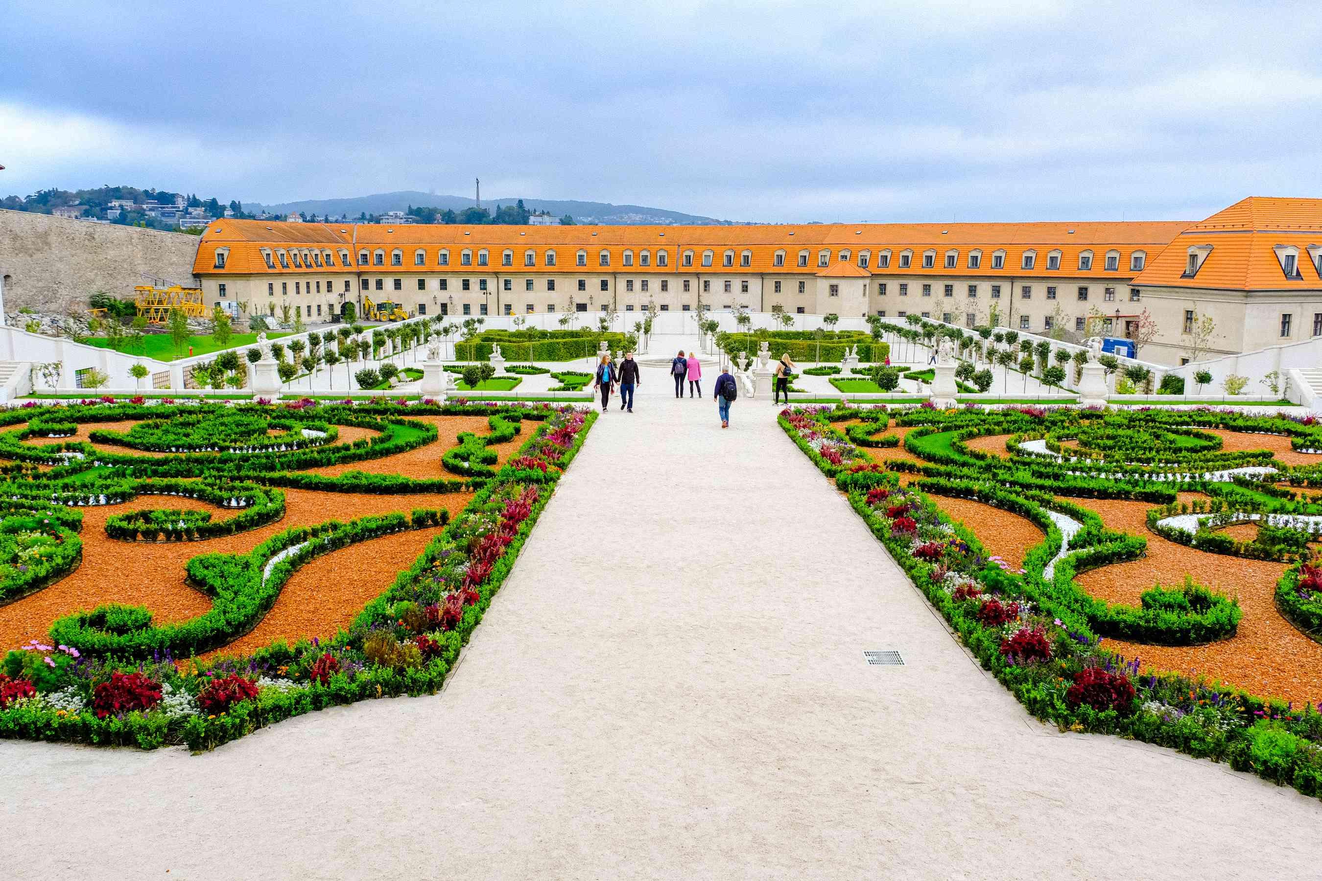 Gente caminando por los jardines del castillo de Bratislava