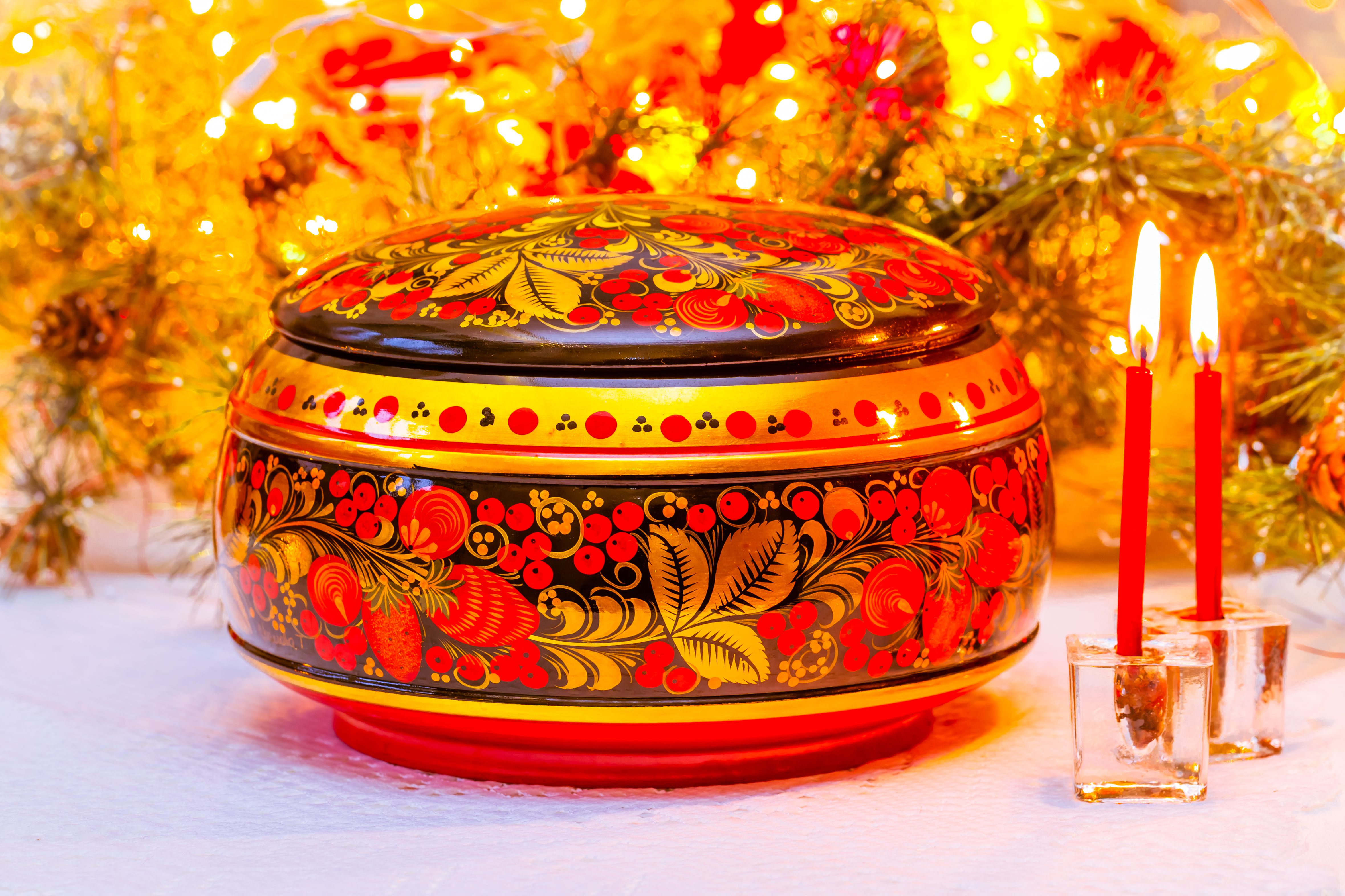 Russian wooden casket in Khokhloma painting