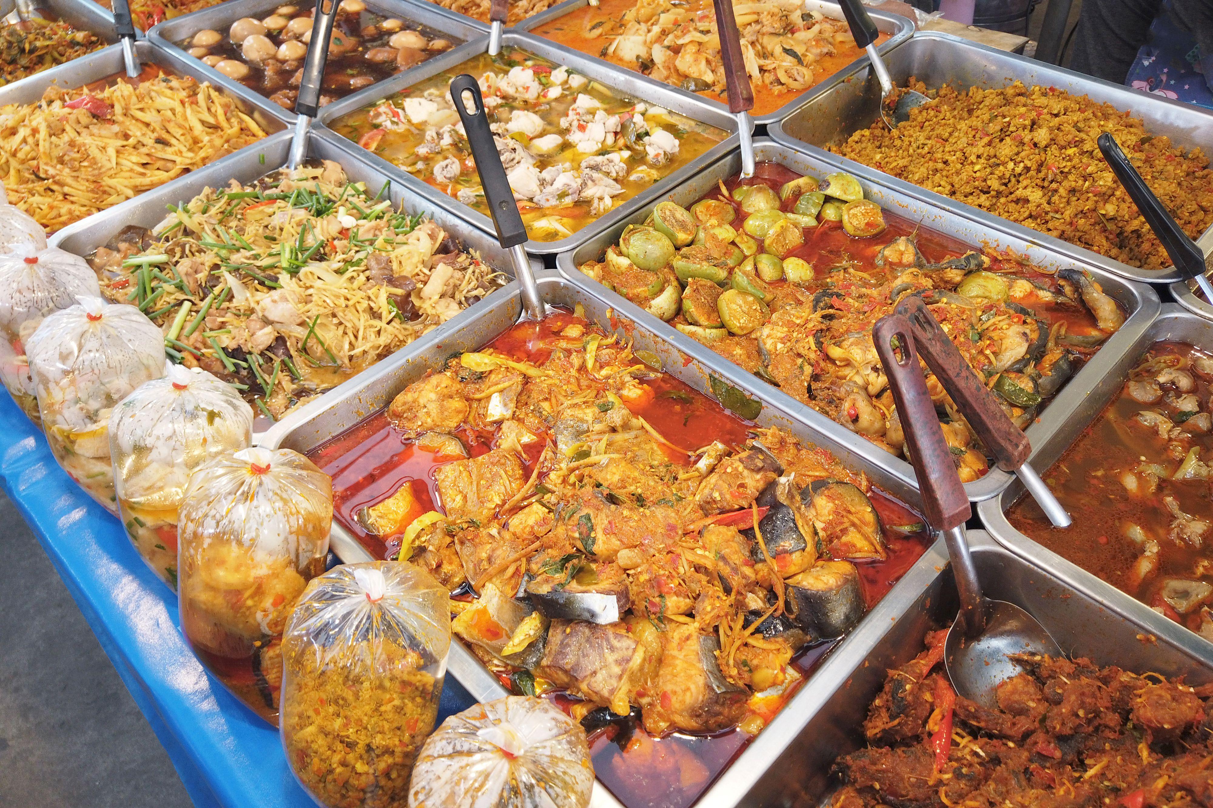 Thai food (khao rad kaeng) in street market