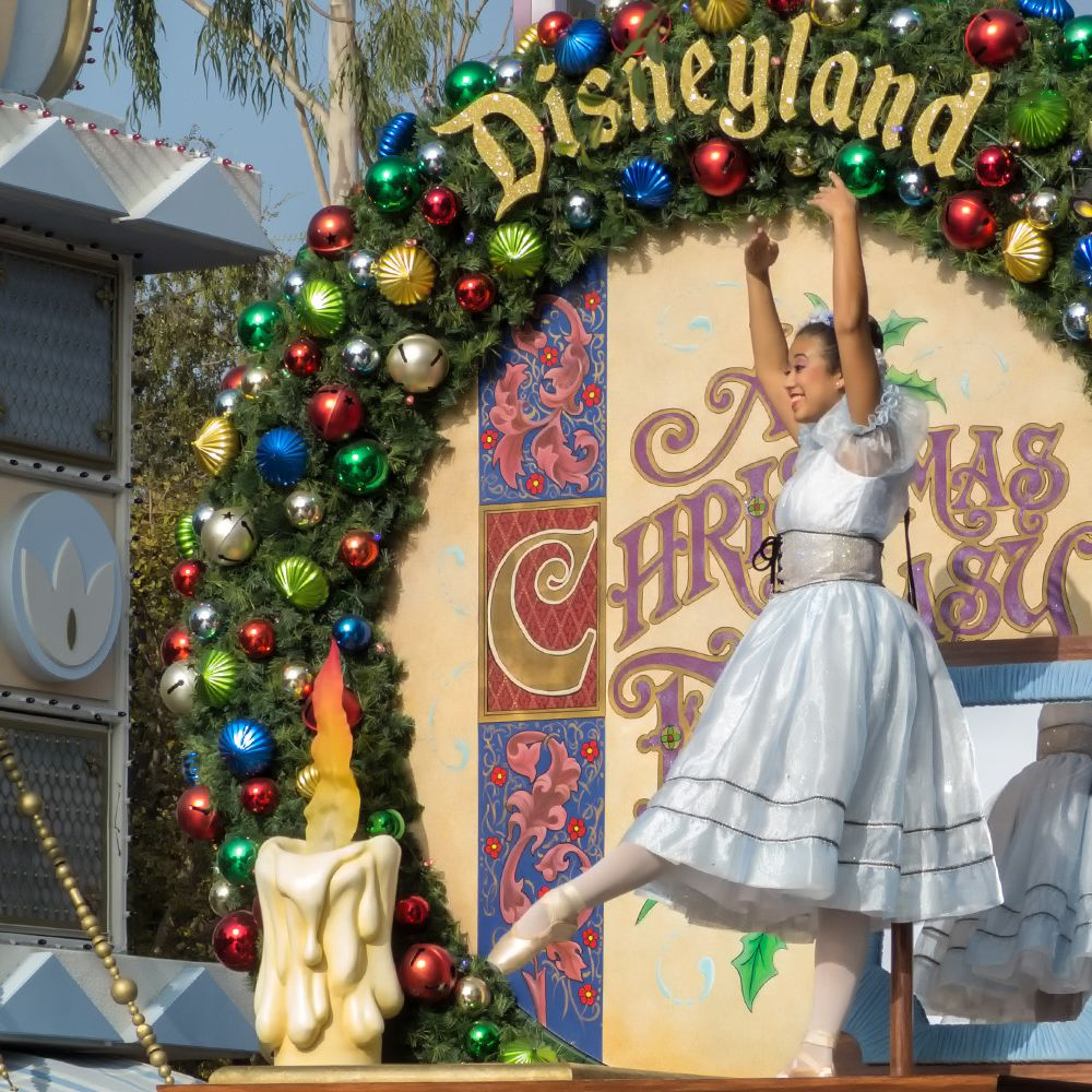 Is Christmas Eve A Holiday.Going To Disneyland At Christmas Pros And Cons