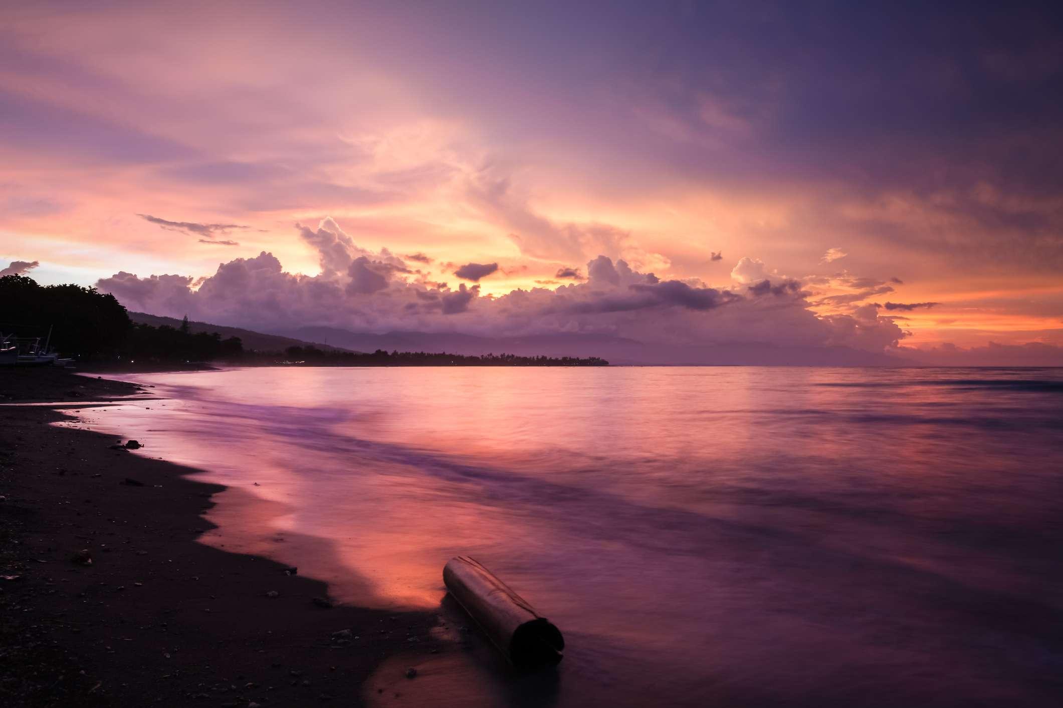 Arena negra en la playa Lovina en Bali
