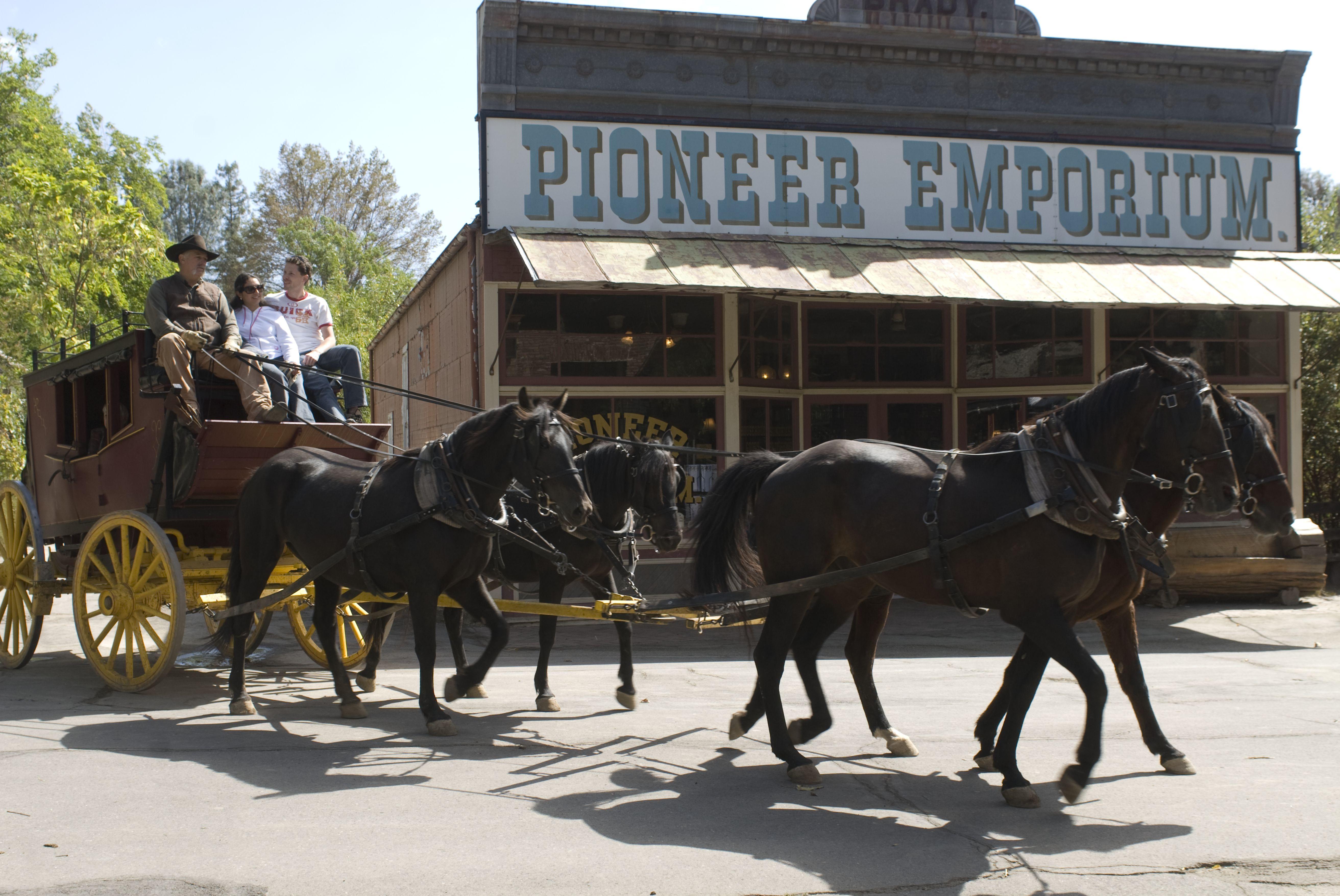 Entrenador de 100 años en la calle principal del Parque Histórico Estatal de Columbia en el norte de California