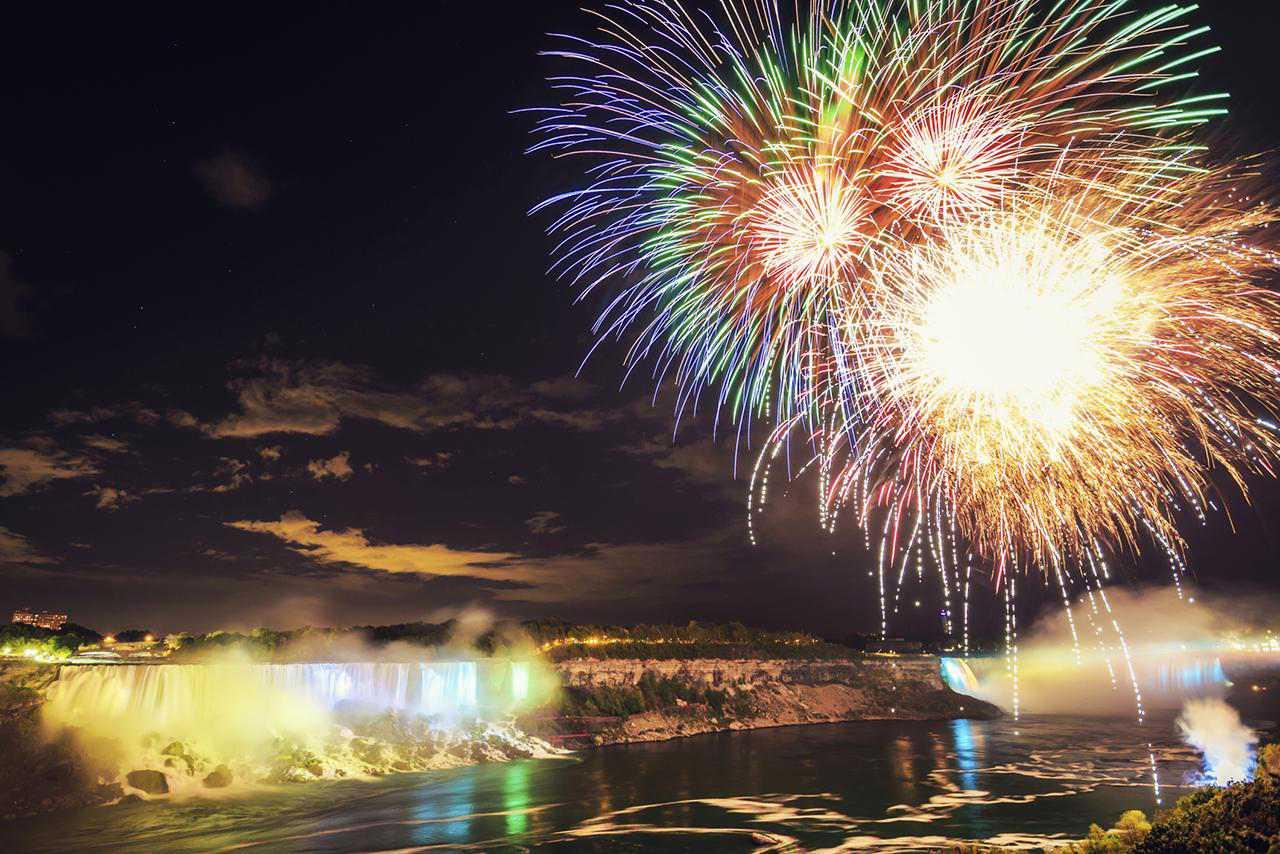 Fuegos artificiales coloridos en la escena nocturna de las Cataratas del Niágara