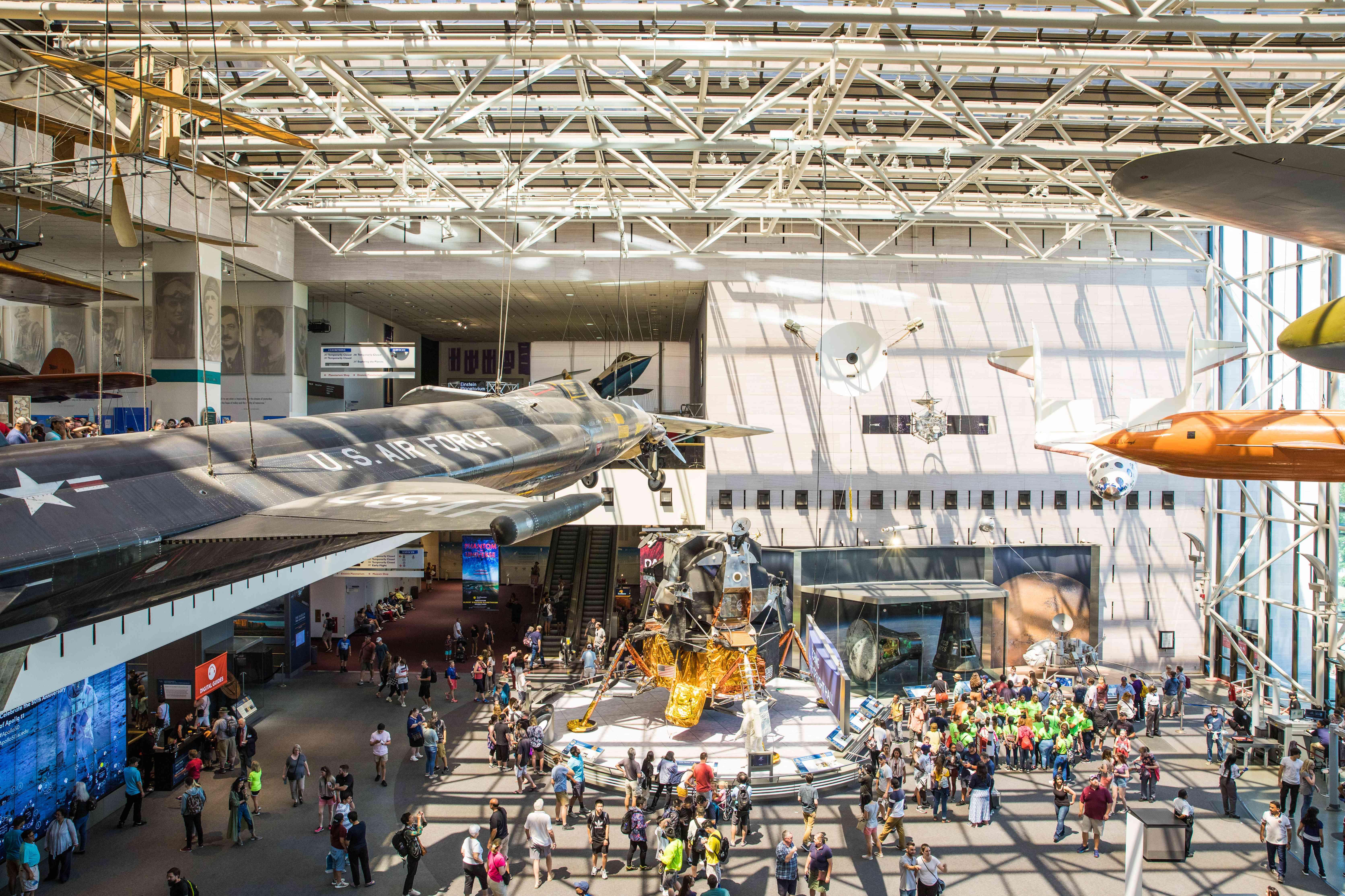 Aviones colgados en la sala principal del Museo Nacional del Aire y del Espacio