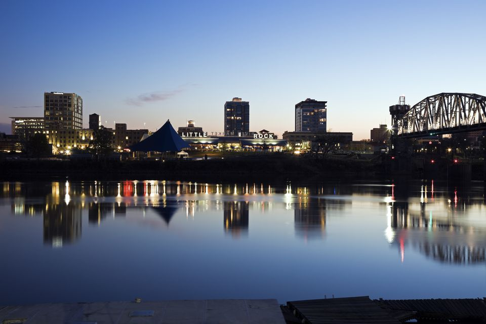 Estados Unidos, Arkansas, Little Rock, el horizonte del centro iluminado por la noche