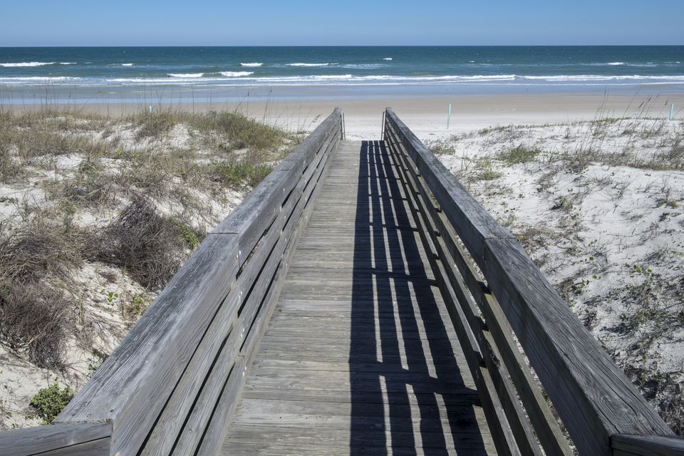Paseo marítimo de madera junto a la playa, Smyrna Dunes Park, New Smyrna Beach, Florida, EE. UU.