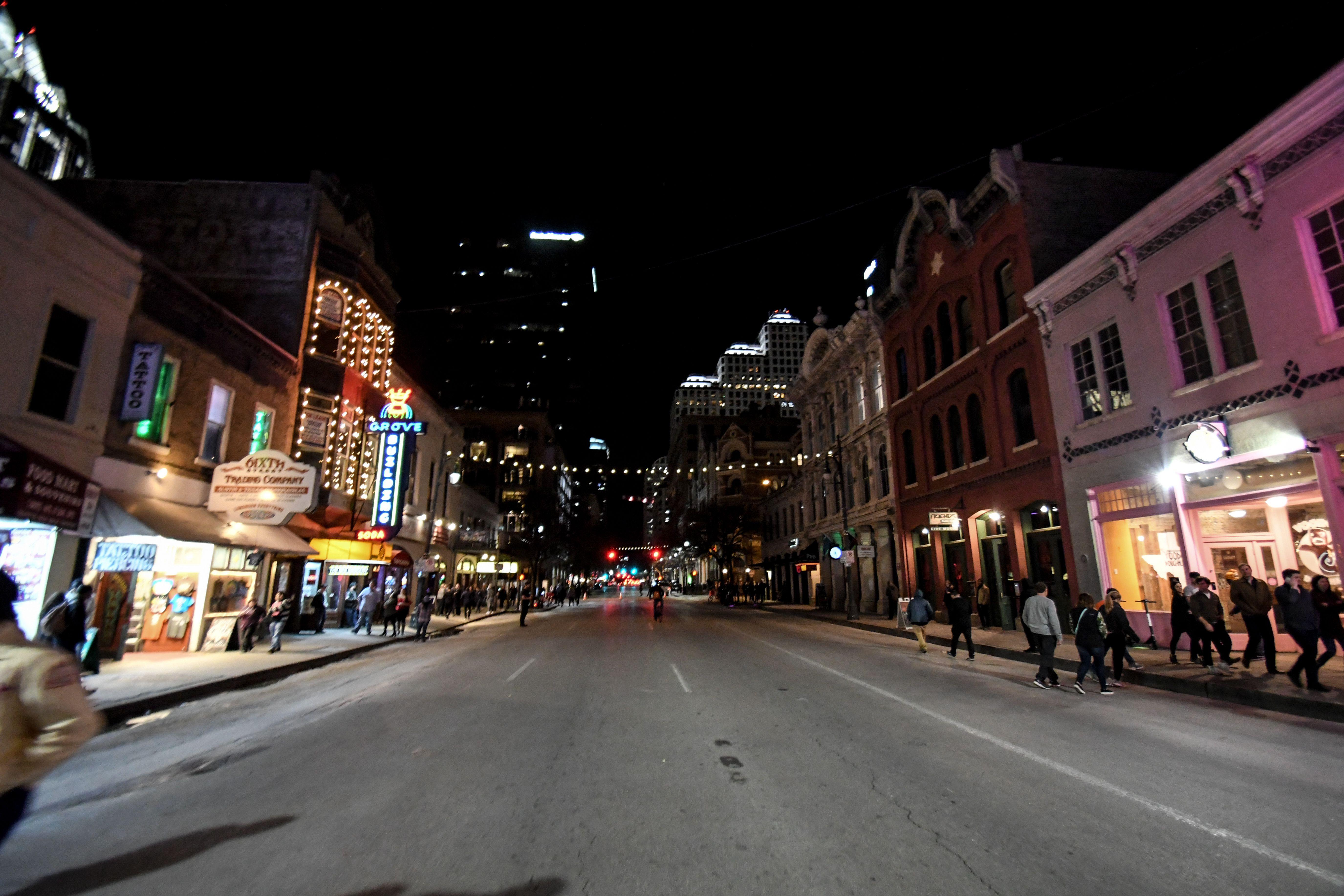 Una animada calle de Austin iluminada por la noche