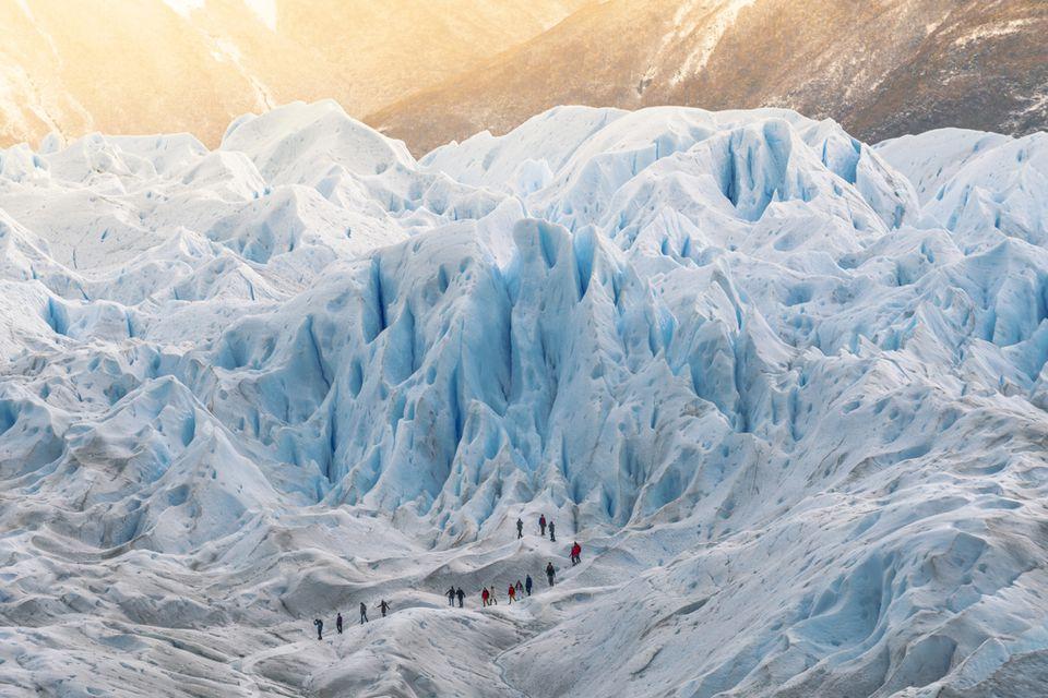 Grupo de personas caminando en el glaciar Perito Moreno, Argentina