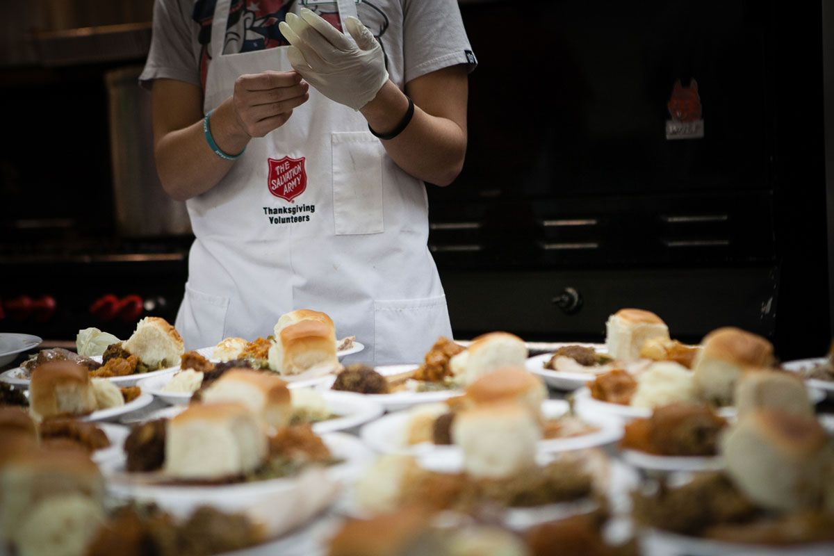 Voluntarios se prepara para servir la cena de Acción de Gracias