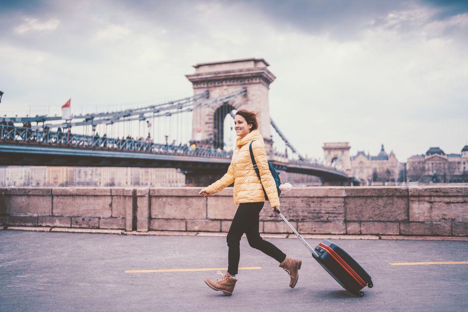 Estudiante de intercambio con una maleta