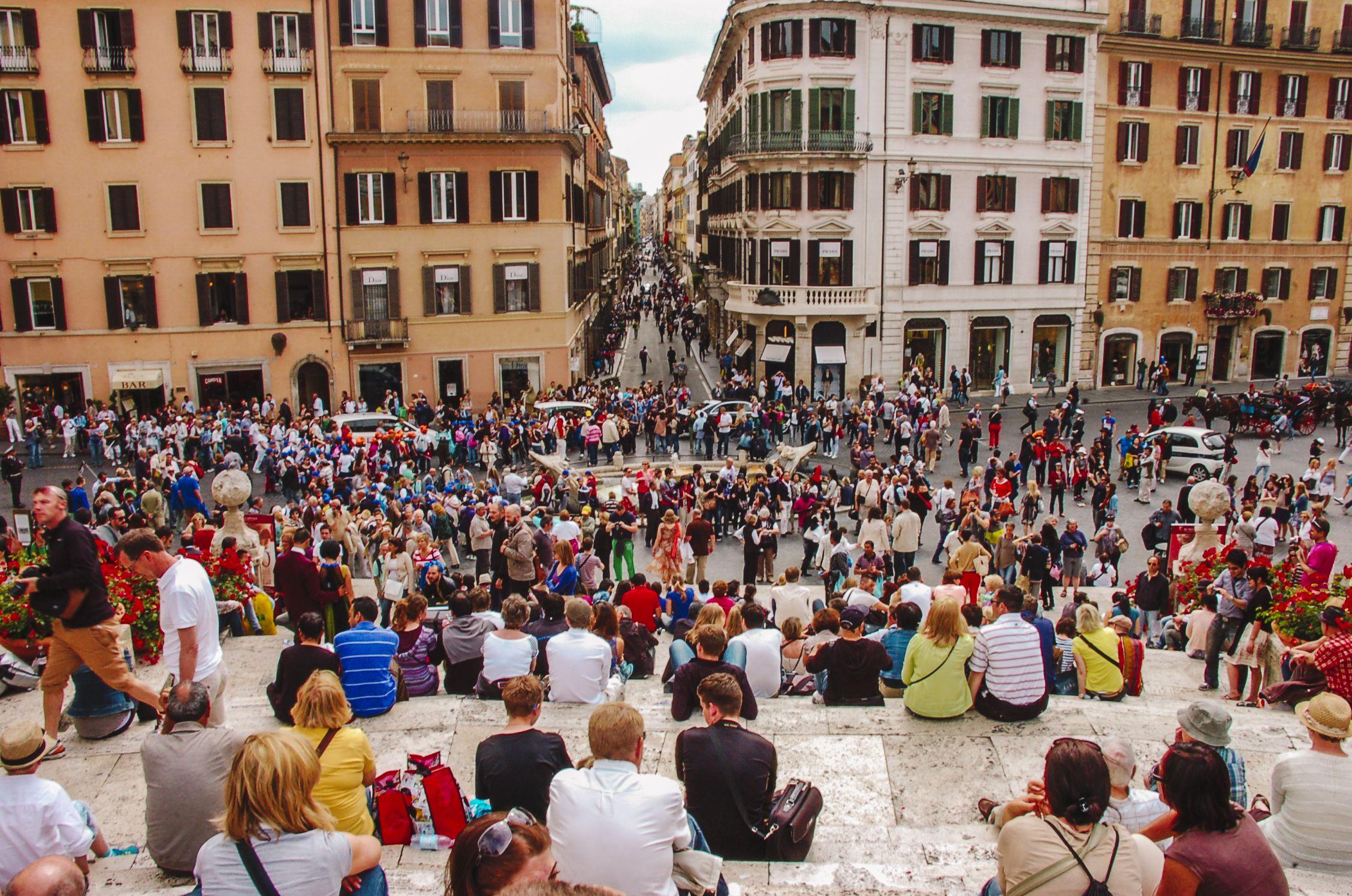 La vista de una gran multitud sentada en la Plaza de España