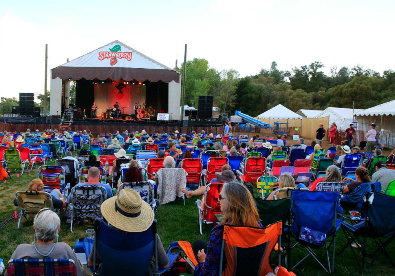 Multitud del Festival de Música de Fresa frente al escenario