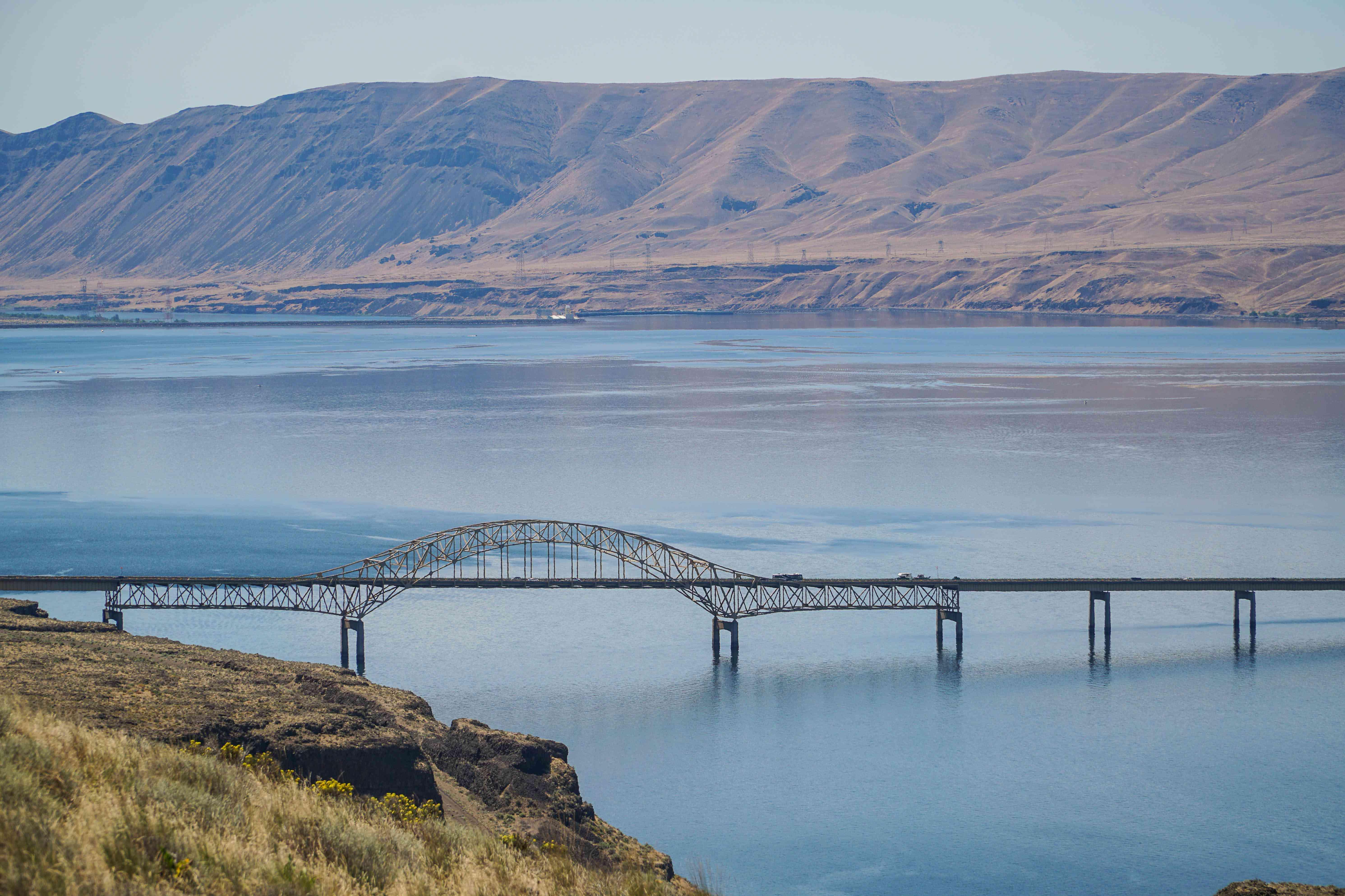 Un puente sobre el agua en el corredor Coulee