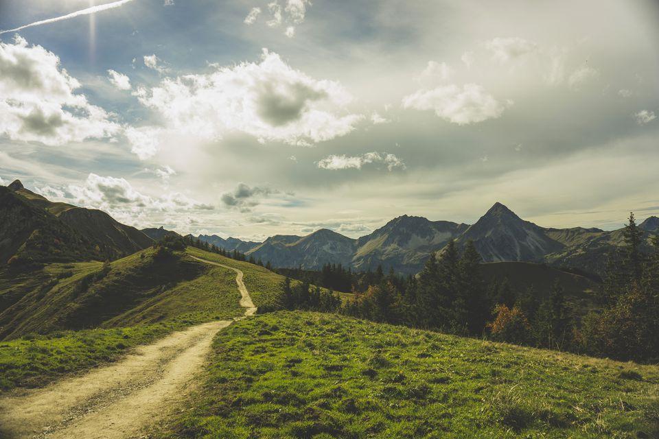 Austria, Tirol, Tannheimer Tal, ruta de senderismo en el paisaje montañoso